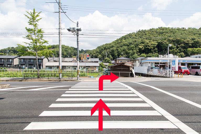 ②信号を渡って、右に曲がります